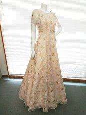 画像1: 【数量限定】リボンテープ刺繍&スパンコール入りベージュチュールネットの袖付きフレアーロングドレス (1)