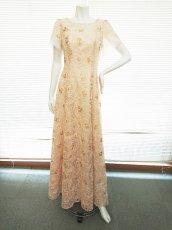 画像12: 【数量限定】リボンテープ刺繍&スパンコール入りベージュチュールネットの袖付きフレアーロングドレス (12)