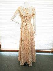 画像13: 【数量限定】リボンテープ刺繍&スパンコール入りベージュチュールネットの袖付きフレアーロングドレス (13)