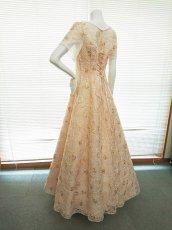 画像2: 【数量限定】リボンテープ刺繍&スパンコール入りベージュチュールネットの袖付きフレアーロングドレス (2)