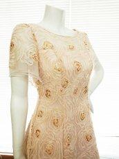 画像3: 【数量限定】リボンテープ刺繍&スパンコール入りベージュチュールネットの袖付きフレアーロングドレス (3)