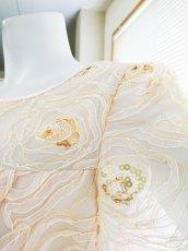 画像6: 【数量限定】リボンテープ刺繍&スパンコール入りベージュチュールネットの袖付きフレアーロングドレス (6)