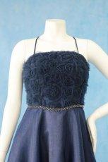 画像14: 数量限定 / ラグジュアリーなバラ模様のリボンテープ刺繍入りネイビー(紺色)フレアーロングドレス (14)