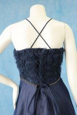 画像15: 数量限定 / ラグジュアリーなバラ模様のリボンテープ刺繍入りネイビー(紺色)フレアーロングドレス (15)