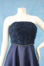 画像16: 数量限定 / ラグジュアリーなバラ模様のリボンテープ刺繍入りネイビー(紺色)フレアーロングドレス (16)