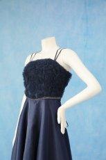 画像4: 数量限定 / ラグジュアリーなバラ模様のリボンテープ刺繍入りネイビー(紺色)フレアーロングドレス (4)