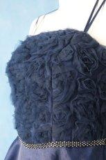 画像8: 数量限定 / ラグジュアリーなバラ模様のリボンテープ刺繍入りネイビー(紺色)フレアーロングドレス (8)
