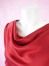 画像8: 【高品質】とろみが美しいモードサテンの赤いブラウス(単品) (8)