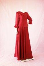 画像2: 【高品質】とろみが美しいモードサテンの赤いブラウス&ロングスカート(お得なセット) (2)