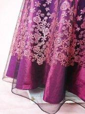 画像12: 数量限定 / 動くたびにキラキラ輝くパープルフラワーが美しい袖付きフレアーロングドレス (12)