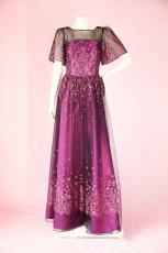画像13: 数量限定 / 動くたびにキラキラ輝くパープルフラワーが美しい袖付きフレアーロングドレス (13)