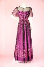画像15: 数量限定 / 動くたびにキラキラ輝くパープルフラワーが美しい袖付きフレアーロングドレス (15)