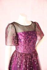 画像5: 数量限定 / 動くたびにキラキラ輝くパープルフラワーが美しい袖付きフレアーロングドレス (5)