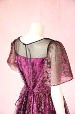 画像6: 数量限定 / 動くたびにキラキラ輝くパープルフラワーが美しい袖付きフレアーロングドレス (6)