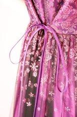 画像8: 数量限定 / 動くたびにキラキラ輝くパープルフラワーが美しい袖付きフレアーロングドレス (8)