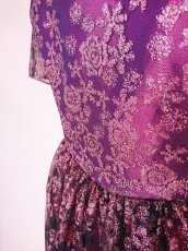 画像9: 数量限定 / 動くたびにキラキラ輝くパープルフラワーが美しい袖付きフレアーロングドレス (9)