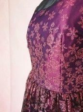 画像10: 数量限定 / 動くたびにキラキラ輝くパープルフラワーが美しい袖付きフレアーロングドレス (10)