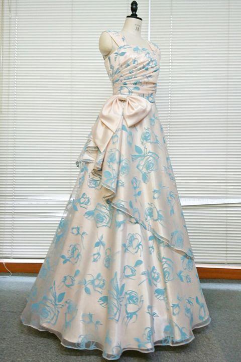 【1着限定】ブルーローズ柄のフロッキー加工がクールエレガントなオフベージュオーガンジーのオーバースカート付き風フレアーロングドレス(リボン付き)